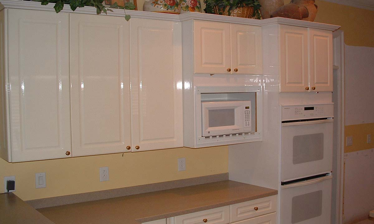 "Simple and outdated kitchen – ""before"" picture"